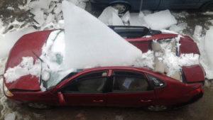 Сосулька с крыши упала на машину