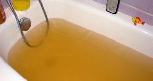 Идет желтая горячая вода
