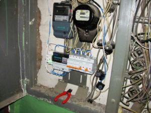Как заменяют электросчетчик на лестничной площадке